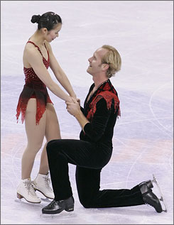 John Baldwin proposes to his skating partner Rena Inoue after they finished second at the pairs free skate on Saturday night. Inoue accepted the marriage proposal.