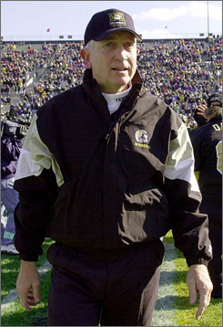 Larry Smith, seen here in his last game as head coach at Missouri on Nov. 18, 2000, had a 143-126-7 record, including a 3-6-1 mark in bowl games.