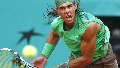 Rafael Nadal cruised to victory in the quarterfinals to set up a showdown with Novak Djokovic in the semifinals at Roland Garros.