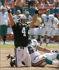 Brett Favre opened his tenure with the New York Jets with a 20-14 defeat of the Miami Dolphins.