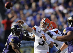 Derek Anderson, center, will remain at quarterback for the Browns despite their offensive struggles.