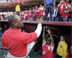 Mike Singletary apologized to 49ers fans after his debut as coach in a 34-13 loss to Seattle on Oct. 26.