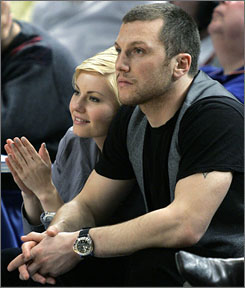 Sean Avery takes in a Knicks game with then-girlfriend Elisha Cuthbert on March 28, 2007. He apologized Wednesday for making derogatory remarks about her in public.