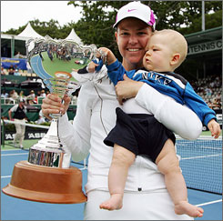 Lindsay Davenport has put off her return to the women's tennis tour as she is pregnant with her second child.