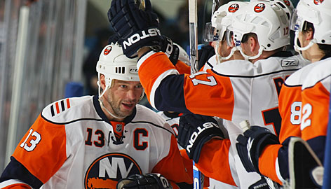 Teammates congratulate Bill Guerin after he scored the 400th goal of his career during the Islanders' 4-1 win over the Maple Leafs. The milestone goal was one of two that Guerin scored on the night as New York snapped a 10-game winless streak.
