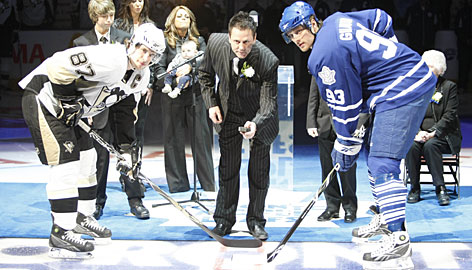 Former Maple Leafs captain Doug Gilmour drops the puck for the ceremonial faceoff between the Penguins' Sidney Crosby, left, and Toronto's Nik Antropov.