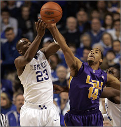 LSU's Garrett Temple fights with Kentucky's Jodie Meeks for a loose ball during the Tigers' victory in Lexington on Saturday.