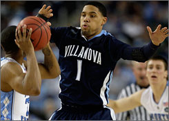 Scottie Reynolds will enter the NBA draft, but won't hire an agent to keep his options open for returning to Villanova for his senior season.