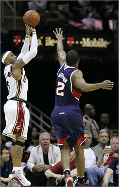 Cavaliers guard Mo Williams, left, shoots a three-pointer over Atlanta's Joe Johnson.