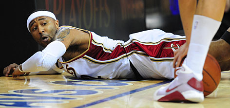 Cavaliers guard Mo Williams dives for a loose ball in the third quarter of Cleveland's 105-85 rout of the Hawks.