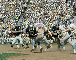 """Former Raiders wideout Fred Biletnikoff said Daryle Lamonica enjoyed the team's wide-open offense during its time in the AFL. Attacking deep was Daryle's mind-set, """" Biletnikoff said."""