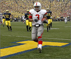 Ohio State running back Brandon Saine scores a touchdown for Ohio State in the first half.