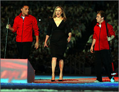 Canadian actress Catherine O'Hara entertained the Closing Ceremony crowd with jokes and invited visitors to return anytime. 
