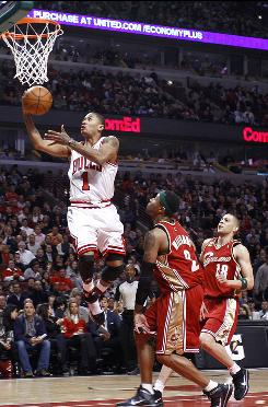 Chicago Bulls guard Derrick Rose lays it up in front of Cleveland Cavaliers guard Mo Williams during the second quarter.
