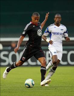 United's Jordan Graye passes the ball against the Wizards' Pablo Escobar Wednesday night in Washington.