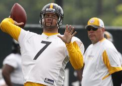 Steelers QB Ben Roethlisberger tosses a pass in his return to workouts on Tuesday.