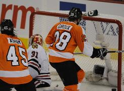 Claude Giroux scores in overtime to cut the Flyers' series deficit against the Blackhawks to 2-1.