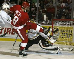 Detroit's Kirk Maltby scores on Anaheim goalie Jean-Sebastien Giguere during the 2007 Western Conference final.
