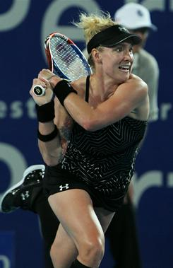 American Bethanie Mattek-Sands upset reigning French Open champion Francesca Schiavone in straight sets to give the USA the lead over Italy at the Hopman Cup.