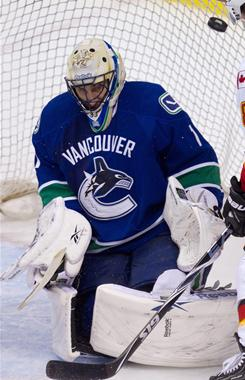 Roberto Luongo made 43 saves, and the streaking Canucks vaulted to the top of the NHL with 57 points.