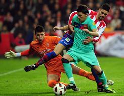 Barcelona forward David Villa, center, vies with Sporting Gijon defender Alberto Boita, right, and Sporting Gijon's goalkeeper Juan Pablo, left, during their match on Saturday.