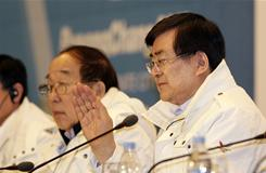 Chairman of the Pyeongchang bid committee for the 2018 Winter Olympics Cho Yang-ho, right, and Park Yong-sung, president of Korean Olympic Committee speak at a news conference on Saturday.