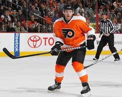Kris Versteeg scored two goals against his former team, but the Maple Leafs edged Versteeg's Flyers 3-2 in Philadelphia.