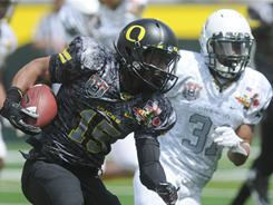 Oregon's Lache Seastrunk (15) turns the corner on defender Avery Patterson (31) during the spring football game in Eugene, Ore.