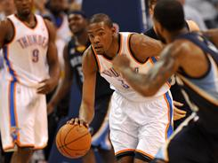 The Thunder's Kevin Durant (35), bringing the ball up during the first half of Game 5, scored 19 points and grabbed seven rebounds in Oklahoma City's 99-72 blowout win over Memphis.