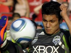 Fredy Montero's free kick late in the second half was the difference as the Seattle Sounders beat Toronto FC Saturday in Toronto.