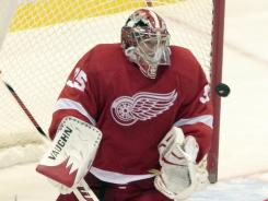 Jimmy Howard makes one of his 25 saves en route to his sixth career shutout.