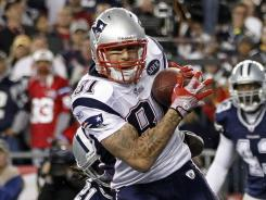 Aaron Hernandez (81) hauls in the game-winning touchdown catch to help the Patriots overcome four turnovers and beat the Cowboys.