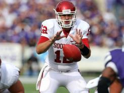 Oklahoma quarterback Landry Jones set a school record with 505 passing yards as the Sooners cruised against Kansas State.