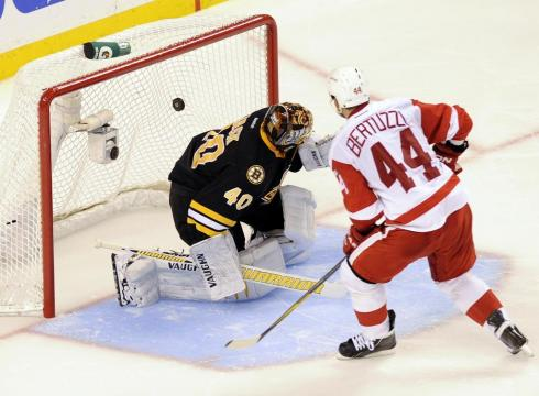 Red-Wings-halt-Bruins-win-streak-at-10-B