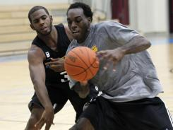 New Orleans Hornets guard Chris Paul, left, guards forward Quincy Pondexter in practice for a team Paul doesn't want to remain with.