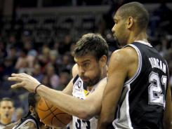 Tim Duncan (21) scored 14 points and helped limit Marc Gasol to seven points on 3-of-11 shooting.