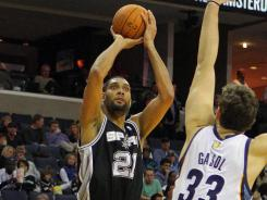 Tim Duncan (21) had 19 points and 17 rebounds to help San Antonio win its fifth win in a row.