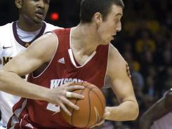 Wisconsin forward Frank Kaminsky, facing, looks to pass while guarded by Minnesota forward Ralph Sampson III in the first half at University of Minnesota Williams Arena.