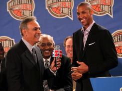 NBA TV host Vince Cellini, left, talks with Reggie Miller during the Basketball Hall of Fame news conference.