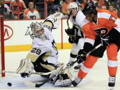 Philadelphia Flyers forward Wayne Simmonds, right, scores a power-play goal against Pittsburgh's Marc-Andre Fleury in Game 3.