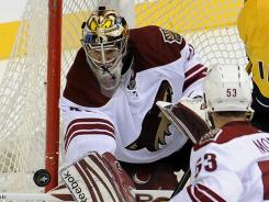 Mike Smith makes one of his 25 saves in the Coyotes' Game 4 victory.
