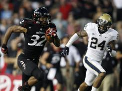 Cincinnati running back George Winn (32) runs for a touchdown during the first half Thursday against Pittsburgh.