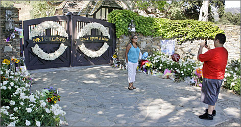 A public memorial to be held at the Neverland Ranch in Los Olivos, Calif., has apparently fizzled, but fans continue to leave flowers and notes at the gates.