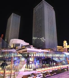 The CEO of the new $3.9 billion Cosmopolitan of Las Vegas casino says it will open in mid-December with about one-third of its rooms delayed until July 2011.